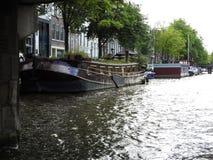 Канал в Амстердаме Нидерланд расквартировывает ландшафт лета города ориентира реки Amstel старый европейский стоковая фотография rf