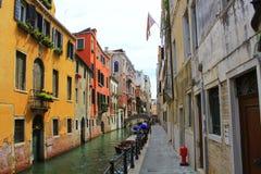 Канал в Венеции, Италии Восхитительные здания вдоль каналов стоковое фото