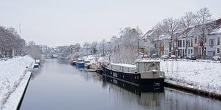 Канал в городе Гента с живущими шлюпками на зимний день со снегом стоковое изображение