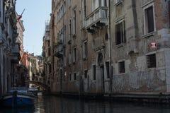 Канал в тени Венеции, Италии Стоковая Фотография