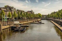 Канал и шлюпки в центре города Бреды Нидерланды стоковые фотографии rf