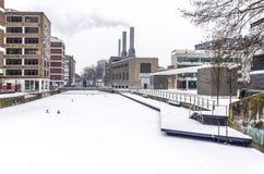 Канал и энергетическая установка в зиме стоковые фото