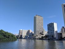 Канал, каноэ, гостиницы, кондо, поле для гольфа и кокосовые пальмы Wai алы стоковые фотографии rf