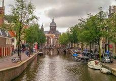 Канал моста реки Амстердама grachten, Голландия Нидерланды стоковые изображения rf