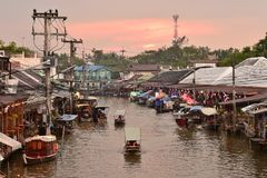 Канал рынка Amphawa, самая известная плавая рынка и культурное туристское назначение Стоковая Фотография RF