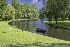Канал с садами в окрестностях kampen Нидерландская Голландия Стоковая Фотография