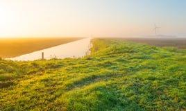Канал через туманное поле на восходе солнца Стоковые Изображения RF
