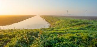 Канал через туманное поле на восходе солнца Стоковое Изображение RF