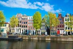Канал, шлюпки и дома в Амстердаме, Нидерландах Стоковое Изображение RF