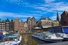 Канал, шлюпки отклонения и красочные дома в центре города Амстердама стоковое изображение rf