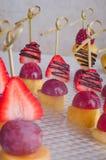 Канапе десерта от плодоовощей на таблице Стоковое Фото