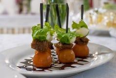 Канапе плиты с томатами вишни и моццареллой на таблице Стоковая Фотография RF