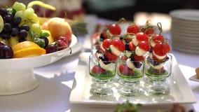 Канапе сыра моццареллы, томатов вишни и соуса песто видеоматериал