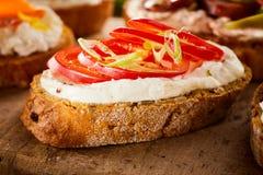 Канапе с кварком и свежим томатом Стоковые Фото