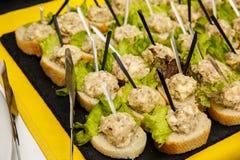 Канапе с куриной печенью на провозглашанном тост багете Закуски стоковое изображение