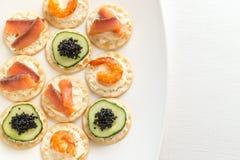 Канапе с морепродуктами на плите Стоковые Фото
