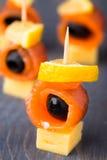 Канапе с семгами и оливкой Стоковое Фото