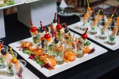 Канапе с семгами и сыром на таблице Стоковые Изображения