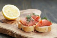 Канапе с семгами, укропом и лимоном Стоковые Изображения
