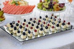 Канапе с сыром и крупным планом ягод Стоковые Изображения RF