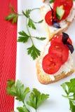 Канапе с сыром и свежим томатом на плите Стоковые Изображения RF