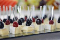 Канапе с фокусом сыра и ягод селективным Стоковое Изображение
