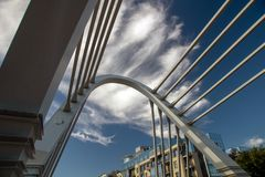 Канатный мост в городском пейзаже стоковое изображение rf