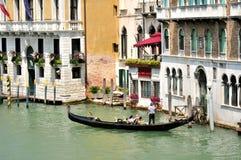 Канал Венеции грандиозный с гондолой и старыми зданиями, Италией стоковое фото rf