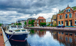 Канал в городок Assen Голландия стоковая фотография rf