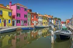 Канал в Burano, Италии Стоковые Изображения