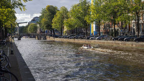 Канал и городская жизнь в Амстердаме Стоковые Фотографии RF