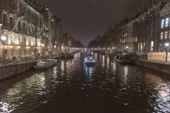 Канал и здания Амстердама на ноче Стоковое Изображение RF