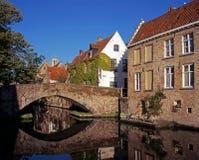 Канал и мост, Брюгге, Бельгия. Стоковое Изображение RF