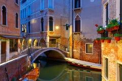 Канал и мост ночи боковые в Венеции, Италии Стоковая Фотография RF
