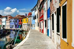 Канал острова Венеции, Burano и красочные дома, Италия Стоковые Изображения RF
