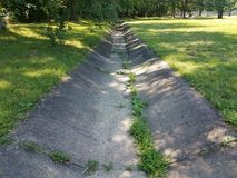 Канал дренажа цемента и зеленая трава Стоковое Фото