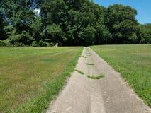 Канал дренажа цемента и зеленая трава Стоковое Изображение RF