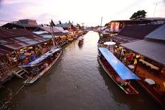 Канал рынка Amphawa, самая известная плавая рынка Стоковые Фотографии RF