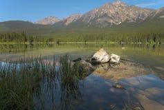 Канадский ландшафт в озере Pyraimd яшма альбатроса стоковые фото