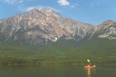 Канадский ландшафт с каное в озере пирамид альбатроса Канада стоковое фото
