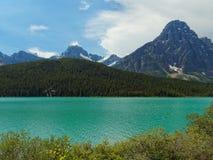 Канадский ландшафт с озером бирюз и скалистыми горами Стоковые Изображения