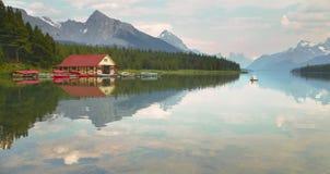 Канадский ландшафт с озером Maligne яшма альбатроса стоковое изображение