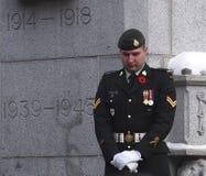 Канадский солдат на кенотафе на церемонии день памяти погибших в первую и вторую мировые войны Стоковое Изображение