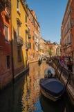 Канал с гондолами в Венеции, Италии Стоковое Фото