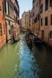 Канал с гондолами в Венеции, Италии Стоковые Изображения RF