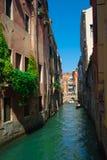 Канал с гондолами в Венеции, Италии Стоковые Фотографии RF