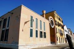 Канал с шлюпками и красочными домами в Burano в муниципалитете Венеции в Италии Стоковое Изображение RF