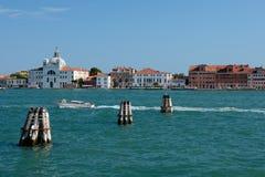 Канал, шлюпка и здания в Венеции, Италии Стоковая Фотография RF