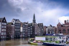 Каналы Амстердама, исторические места Амстердама, красивые дома вдоль реки Стоковое Фото