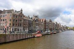 Каналы Амстердама, исторические места Амстердама, красивые дома вдоль реки Стоковые Изображения RF